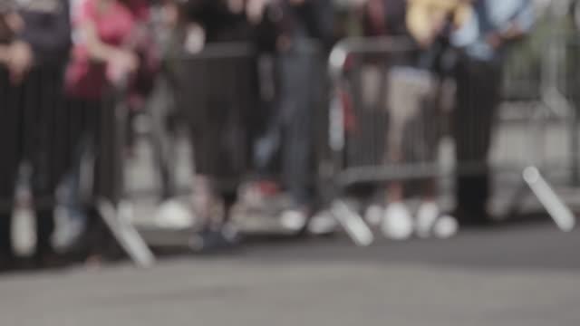 vídeos de stock, filmes e b-roll de motociclista passa por multidões na rua de nova york. - desfiles e procissões