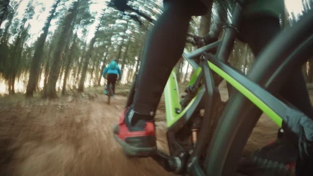 POV Biker trappen naar beneden het bospad met zijn vrienden