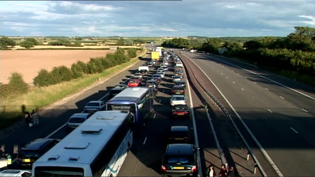 biker shot dead on m40 in warwickshire: murder inquiry underway; england: warwickshire ext traffic jam on one lane m40 motorway following shooting... - traffic jam点の映像素材/bロール