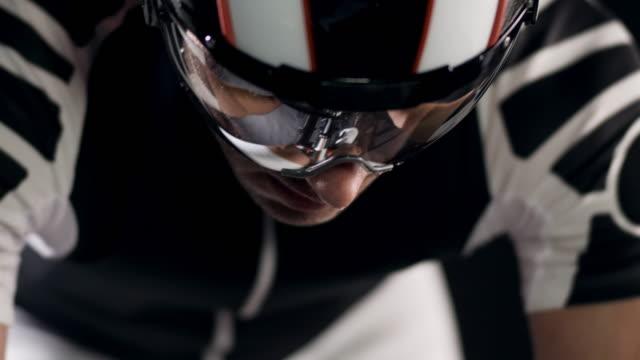vídeos de stock e filmes b-roll de motociclista - capacete moto