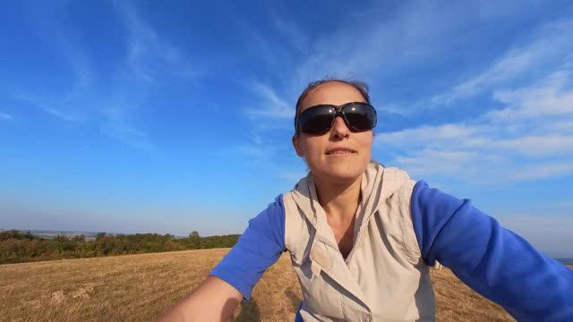 vidéos et rushes de femme cycliste à vélo sur sentier de montagne, pov. - blog