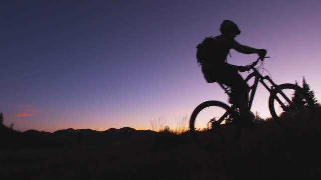 vídeos y material grabado en eventos de stock de bikers at sunset - brighton ski area