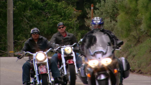 ms pan bikers driving motorcycles on curvy road in sierra national forest / fresno county, california, usa - フレスノfresno点の映像素材/bロール