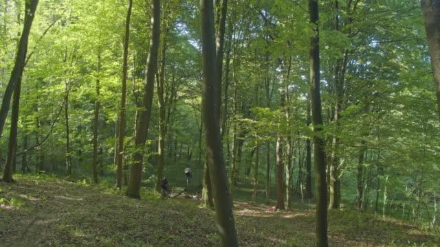 森に乗ってslo mo mtbバイカー - サイクリングロード点の映像素材/bロール
