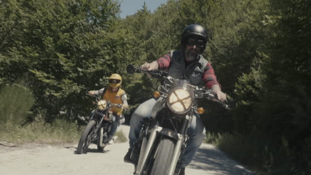 bikers riding motorcycles - motorradfahrer stock-videos und b-roll-filmmaterial