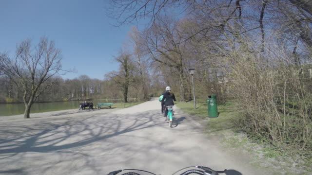biking münchen - ミュンヘン エングリッシャーガルテン点の映像素材/bロール