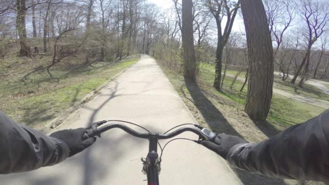 vídeos de stock e filmes b-roll de biking10 - guiador