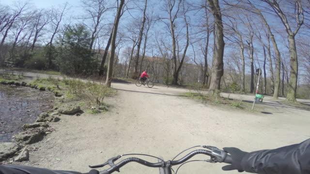 vídeos de stock e filmes b-roll de biking13 - guiador