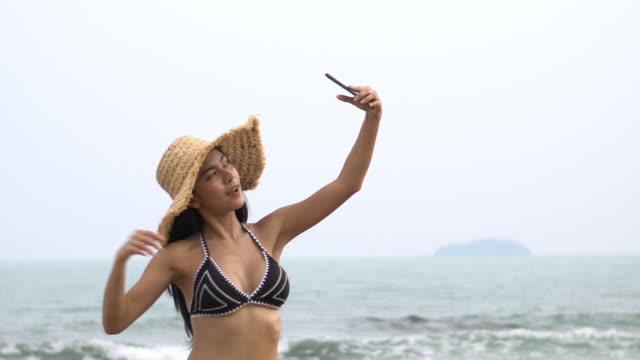 bikini girl selfie with straw hat - straw hat stock videos & royalty-free footage