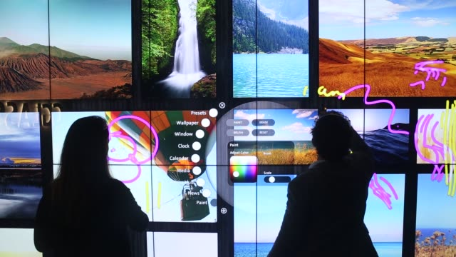 vídeos y material grabado en eventos de stock de bill cleary, manager of marketing and development, uses a touch screen wall made from gorilla glass at corning inc.'s sullivan park science &... - unidad de entrada