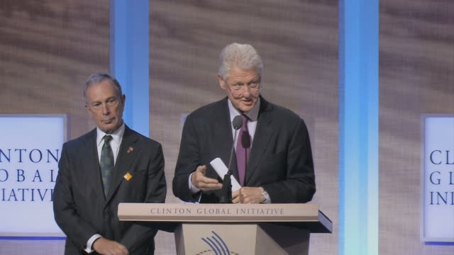 vídeos y material grabado en eventos de stock de ms bill clinton and eric schmidt talking at podium during annual clinton global initiative / new york city new york usa / audio - sólo hombres maduros
