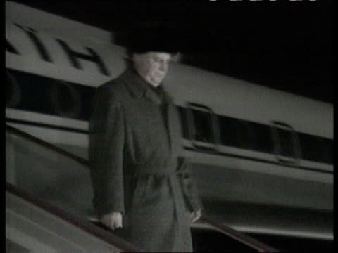 Bill Clinton meets Boris Yeltsin in Moscow POOL Leonid Kravchuk coming down steps of plane