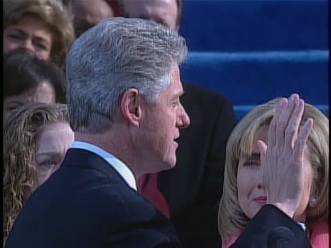bill clinton takes the oath of office, as administered by chief justice william h. rehnquist, at his second presidential inauguration. - 宣誓点の映像素材/bロール