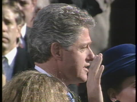 bill clinton takes the oath of office at his presidential inauguration, as administered by chief justice william h. rehnquist. - 宣誓点の映像素材/bロール