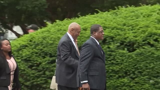 vídeos de stock e filmes b-roll de bill cosby arrives for the start of his trial accused of drugging and sexually assaulting a woman at his philadelphia mansion 13 years ago with the... - crime or recreational drug or prison or legal trial
