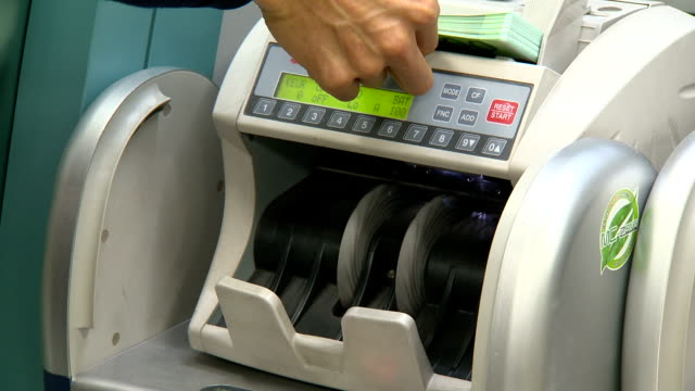 bill counting machine counting one hundred euro bills - contare video stock e b–roll