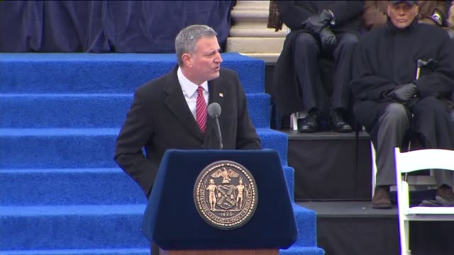 bill de blasio is sworn in as new mayor of new york at city hall on january 01, 2014 in new york, new york - ビル・デ・ブラシオ点の映像素材/bロール