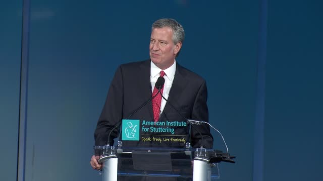speech bill de blasio lauds the ais for challenging the stigma at the american institute for stuttering 11th annual freeing voices changing lives... - organisierte gruppe stock-videos und b-roll-filmmaterial