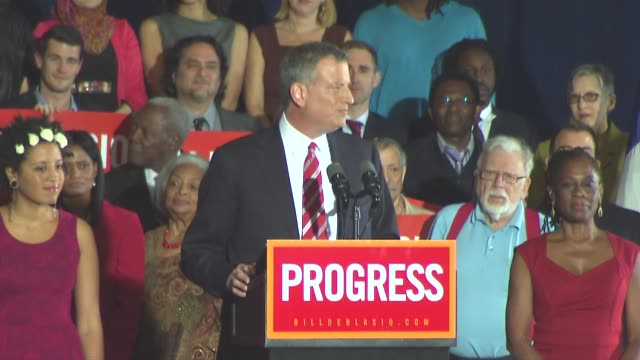 bill de blasio wins the election with 73% of the vote, topping the landslide victory of the last non-incumbent abe beame 40 years ago. he will be the... - ビル・デ・ブラシオ点の映像素材/bロール