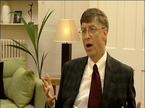vídeos y material grabado en eventos de stock de bill gates talks about the importance of tackling malaria london 27 oct 2005 - animal microscópico
