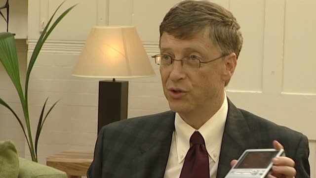 bill gates talks about the potential of portable media devices - 携帯オーディオプレーヤー点の映像素材/bロール