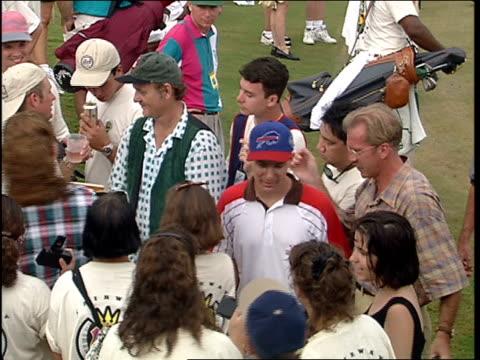 vídeos y material grabado en eventos de stock de bill murray signing fans tee on golf course - autografiar