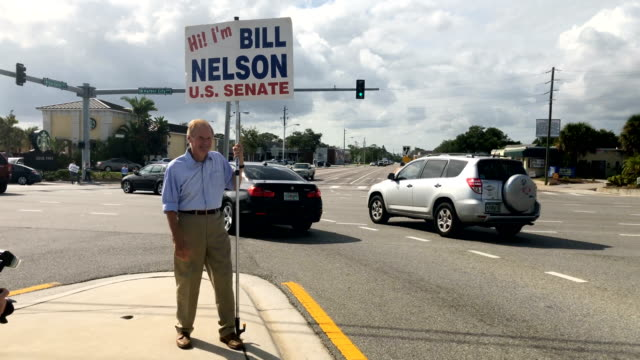 stockvideo's en b-roll-footage met bill nelson holding his placard on the final day of the midterms footage by jeff j mitchell / getty images - tussentijdse verkiezing