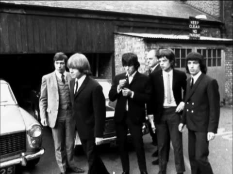 vídeos de stock e filmes b-roll de bill wyman, mick jagger and brian jones were found guilty of insulting behaviour at a london garage after they had asked permission to use the... - rolling stones