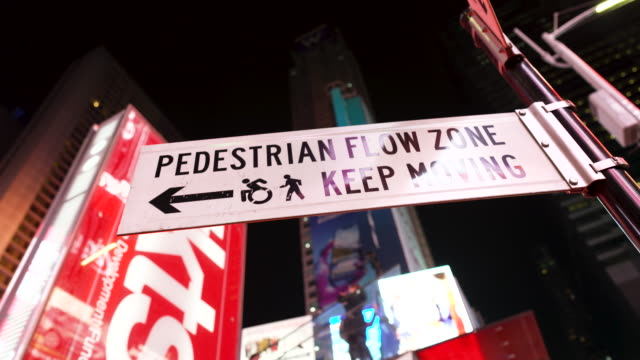 vídeos de stock, filmes e b-roll de billboard advertisements, times square - nyc - times square manhattan
