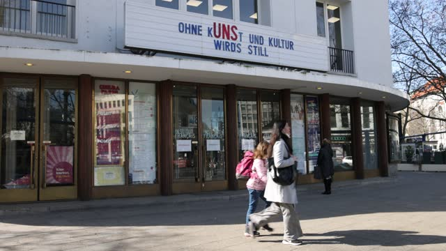 "vídeos de stock, filmes e b-roll de billboard at a cinema says ""without art and culture it becomes quiet"" on kurfuerstendamm avenue during the coronavirus pandemic on march 09, 2021 in... - kunst"