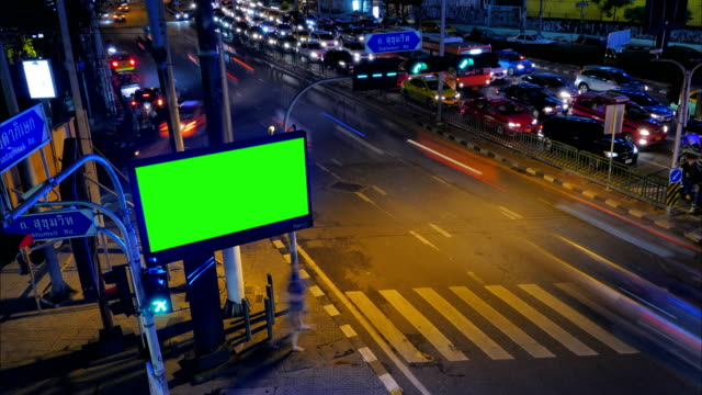 vídeos de stock e filmes b-roll de billboard green screen beside road - billboard