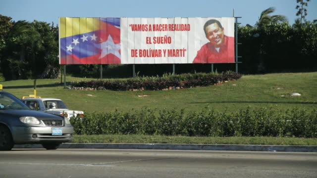 ws billboard of venezuelan president hugo chavez in cuba's street / havana, cuba - ウゴ・チャベス点の映像素材/bロール