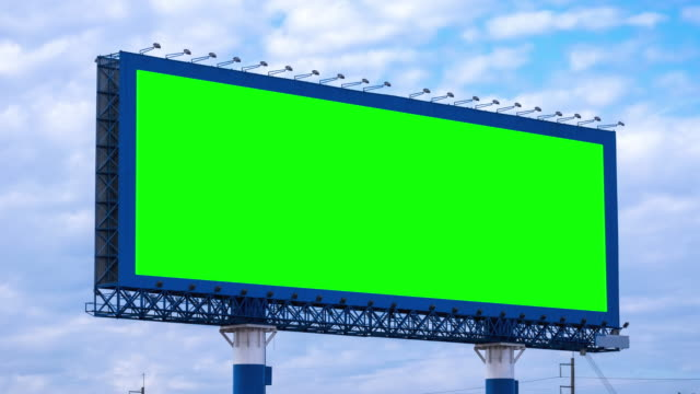 vídeos de stock e filmes b-roll de billboard on highway with green screen - billboard