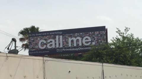 stockvideo's en b-roll-footage met billboard telling church of scientology members to call their estranged loved ones has gone up in echo park. the billboard on glendale boulevard... - rubriekadvertentie