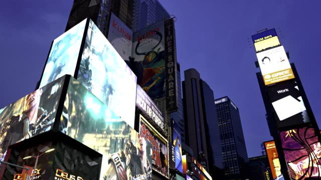 vidéos et rushes de billboard, time square, night - billboard