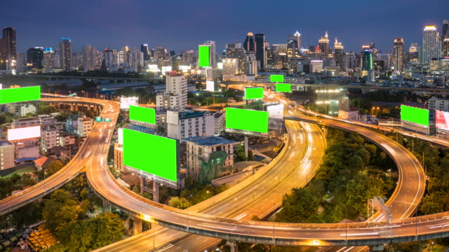 vídeos de stock e filmes b-roll de billboard with green screen on highway at dusk, chroma key - billboard
