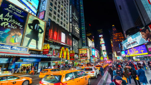 stockvideo's en b-roll-footage met times lapse, billboards advertisements, times square, nyc - gele taxi
