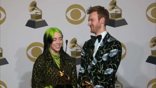vídeos de stock, filmes e b-roll de speech billie eilish and finneas o'connell at the 62nd annual grammy awards press room at staples center on january 26 2020 in los angeles california - prêmios grammy