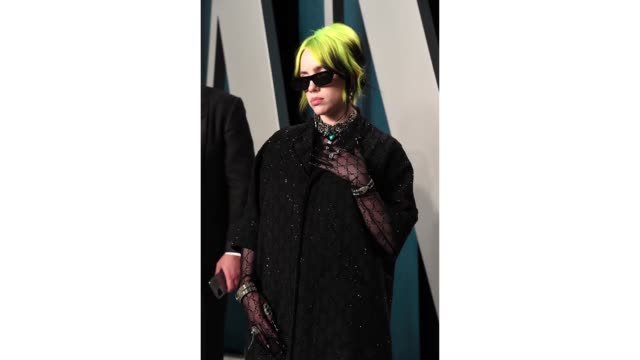 vídeos y material grabado en eventos de stock de billie eilish attends the 2020 vanity fair oscar party hosted by radhika jones at wallis annenberg center for the performing arts on february 09 2020... - billie eilish