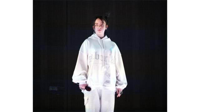 vídeos y material grabado en eventos de stock de billie eilish performs at outdoor theatre during the 2019 coachella valley music and arts festival on april 13 2019 in indio california - billie eilish