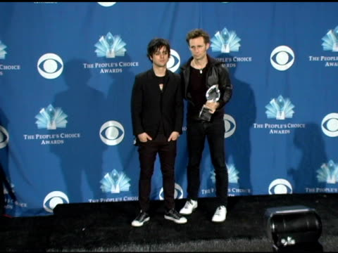 billie joe armstrong and mike dirnt of green day at the 2006 people's choice awards press room at the shrine auditorium in los angeles, california on... - people's choice awards stock-videos und b-roll-filmmaterial