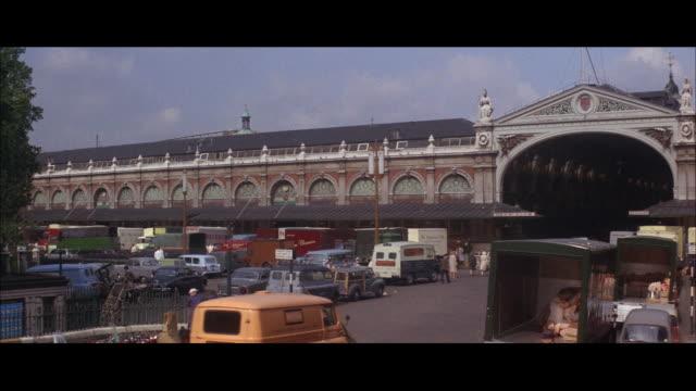 1964 - billingsgate fish market, smithfield market - イーストロンドン点の映像素材/bロール