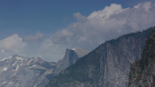 vídeos de stock, filmes e b-roll de t/l billowy cumulous clouds over half dome and cloud's rest in yosemite national park, california - condado de mariposa