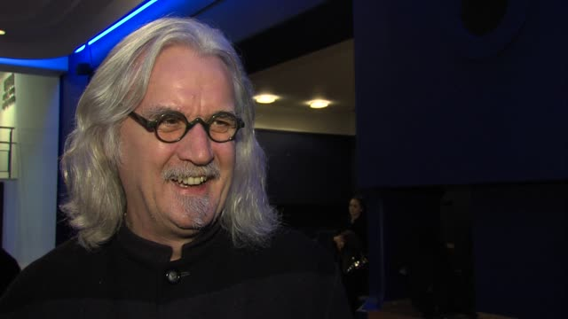 vídeos de stock e filmes b-roll de billy connolly on supporting the benevolent musician fund working with musicans on set dustin hoffman playing a prank on him at 'quartet' gala... - billy connolly