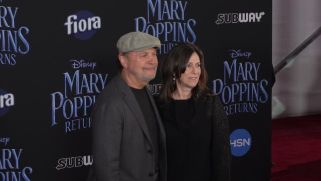 vídeos de stock, filmes e b-roll de billy crystal and janice crystal at the disney's mary poppins returns world premiere at dolby theatre on november 29 2018 in hollywood california - billy crystal