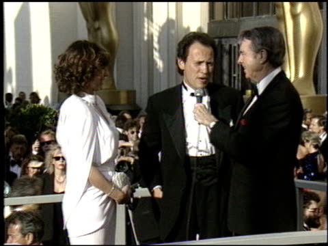 vídeos de stock, filmes e b-roll de billy crystal at the 1988 academy awards at the shrine auditorium in los angeles california on april 1 1988 - billy crystal