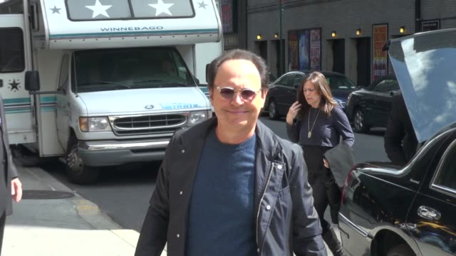 vídeos de stock, filmes e b-roll de billy crystal at the 'late show with david letterman' studio billy crystal at the 'late show with david letterm on april 12 2012 in new york new york - billy crystal
