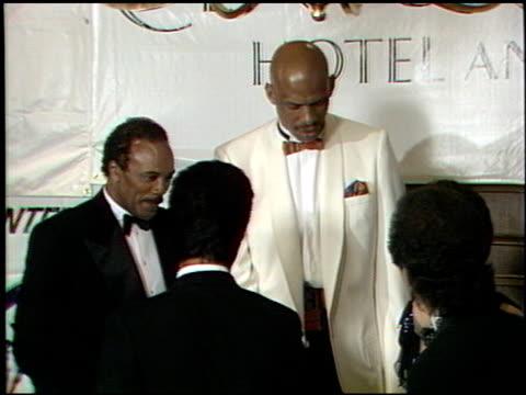 vídeos de stock, filmes e b-roll de billy crystal at the tribute to kareem abdul jabbar at the century plaza hotel in century city california on april 25 1989 - billy crystal