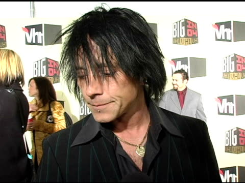 billy morrison of 'camp freddy' on 2004, lou reed, the election, and 'velvet revolver' at the vh-1 big in 04 at the shrine auditorium in los angeles,... - ルー リード点の映像素材/bロール