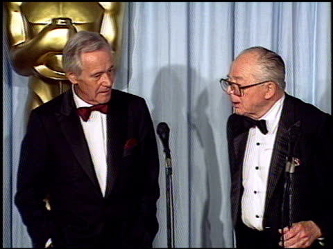 vidéos et rushes de billy wilder at the 1988 academy awards at the shrine auditorium in los angeles california on april 1 1988 - salle de presse